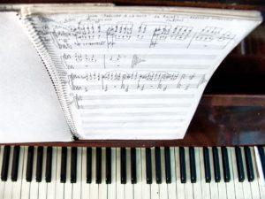 Detalhe de um lugar sagrado para a MPB: o piano de João Donato - Foto: Acervo Pessoal