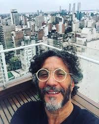 Fito Paez na varanda sua casa, em Rosario - Foto: Reprodução/Facebook