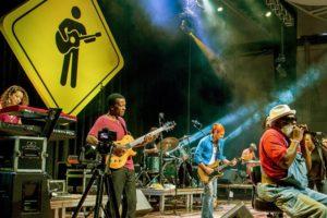 O carismático Grandpa Elliot é o homem de frente da Playing for Change Band, que reúne músicos de vários estilos e nacionalidades - Foto: PFC/Divulgação