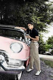 Elvis Presley e um dos veículos prediletos de sua coleção: o Cadillac Fleetwood rosa - Foto: Reprodução