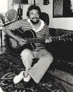 Barney Kessel, o homem que influenciou a revoução harmônica que culminou na Bossa Nova, aprendeu chorinhos com Laurindo Almeida - Foto: Reprodução