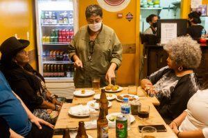 A chef Kátia apresenta os quitutes que farão parte do cardápio do Bar da Alcione - Foto: Eulálio Fiúza