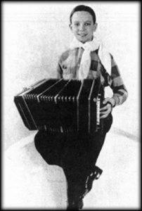 Piazzolla com o bandoneon: estranhamento inicial com o instrumento