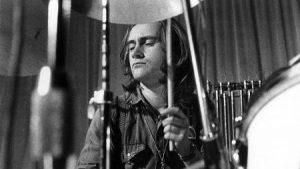 Phil Collins em ação na primeira fase do Genesis - Foto: Divulgação