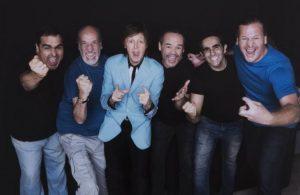 Sir Paul e os integrantes da Big Clube Beatles durante passagem do astro por Vitória - Foto: Acervo Big Clube Beatles