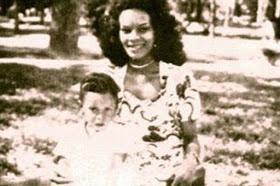 Gonzaguinha menino e sua mãe Odaléia Guedes dos Santos, que foi crooner do Dancing Brasil e era crooner e cantou com Elizeth Cardoso - Foto: Reprodução