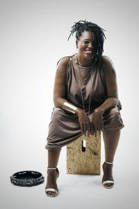Depois de se aprimorar no canto, Roberta Gomes agora também estuda pandeiro - Fotos: Nego Júnior