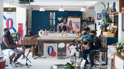 Diogo Nogueira cozinhando durante live - Foto: Leandro Ribeiro